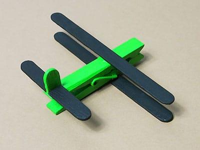 Holzflugzeug Heckflügel kleben