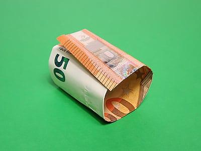 Geldschein einrollen