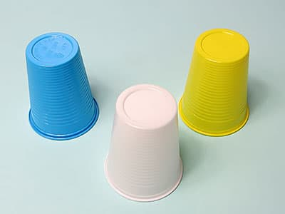 Farbige Plastikbecher