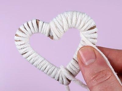 Wolle auf Herzform wickeln