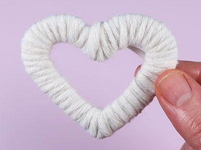 Herz aus weißer Wolle