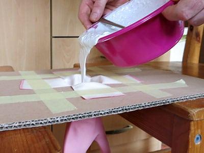 DIY Schmuckhand Gips einfüllen