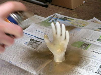 DIY Schmuckhand Farbe aufsprühen