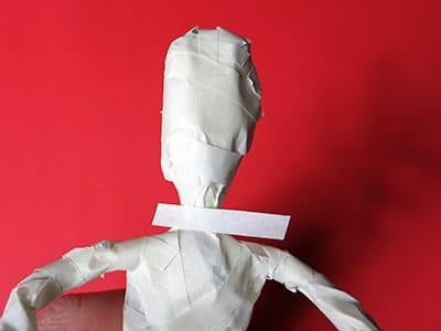 Skulptur aus Draht und Kreppband