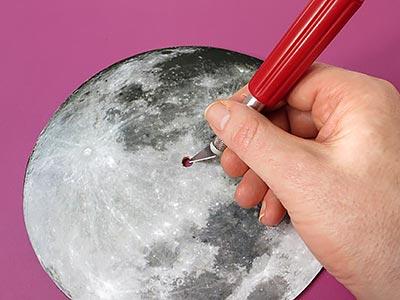 Mond aufkleben und Loch einschneiden